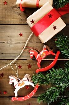 Traditionelle weihnachtsdekoration mit weinleseweihnachtsspielwaren