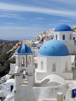 Traditionelle weiße und blaue kirchen der griechischen inseln in oia-dorf auf santorini-insel, griechenland
