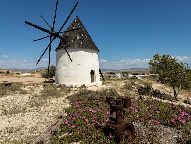 Traditionelle weiße windmühle in fernan perez. almeria. spanien.