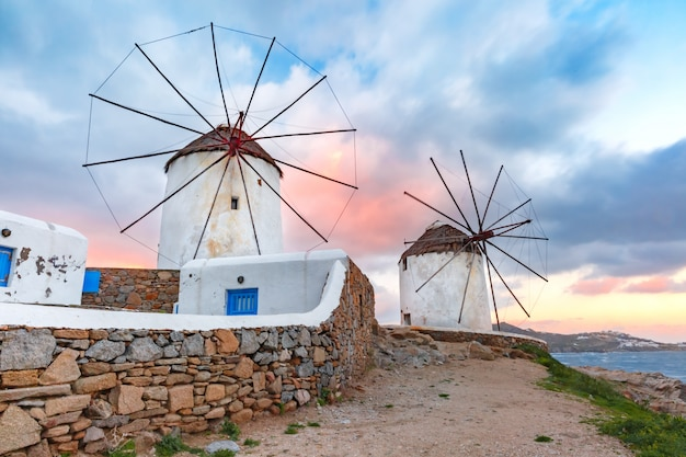 Traditionelle windmühlen bei sonnenaufgang, santorini, griechenland