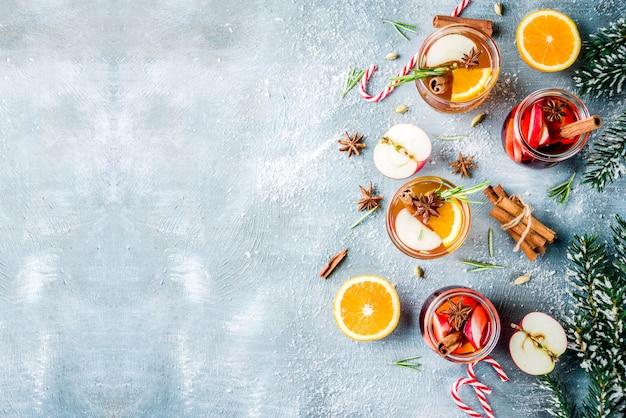 Traditionelle wintergetränke, weiß- und rotglühweincocktail, dazu weiß- und rotwein