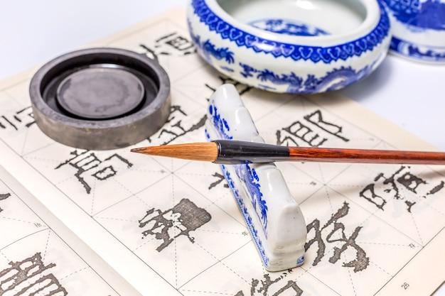 Traditionelle zeichnung papier hintergrund kultur werkzeuge
