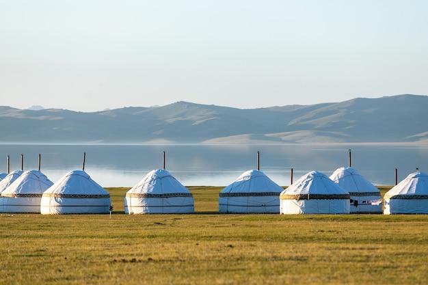 Traditionelle zentralasiatische nomadenjurten am seeufer
