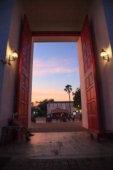 Traditioneller alter asiatischer alter stadttoreingang mit schönem dämmerungshimmel.