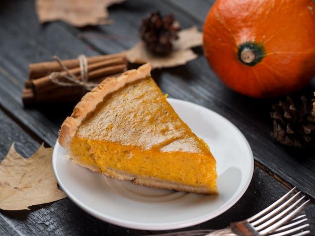Traditioneller amerikanischer kürbiskuchen für danksagung im fall. leckere hausgemachte kuchen