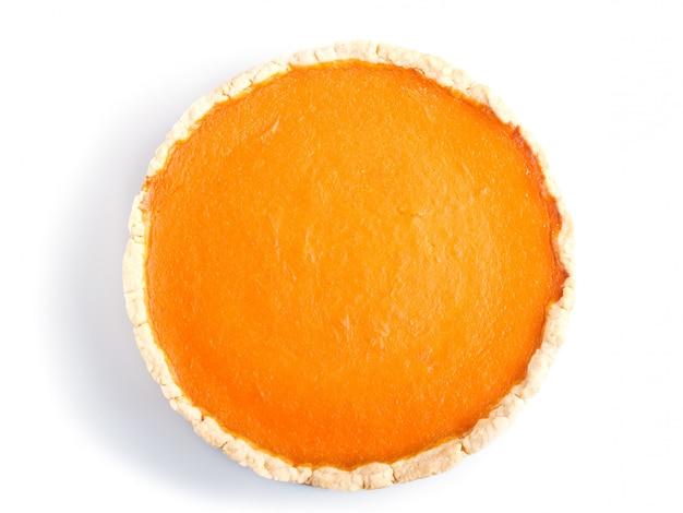 Traditioneller amerikanischer süßer kürbiskuchen lokalisiert auf weißer oberfläche.