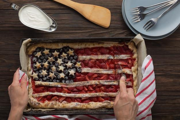 Traditioneller amerikanischer unabhängigkeitstag oder tag der arbeit strawberry pie in form einer flagge, ansicht von oben