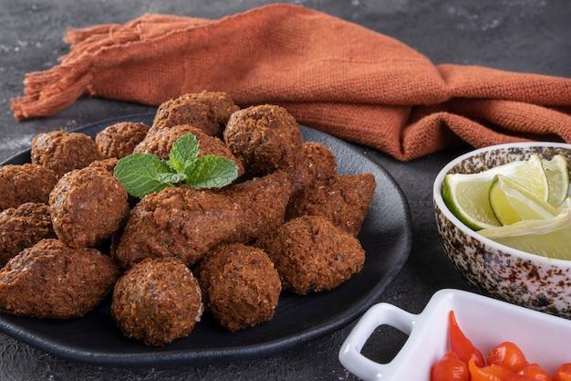 Traditioneller arabischer gebratener snack, hergestellt mit weizen und gefüllt mit hackfleisch. quibe.