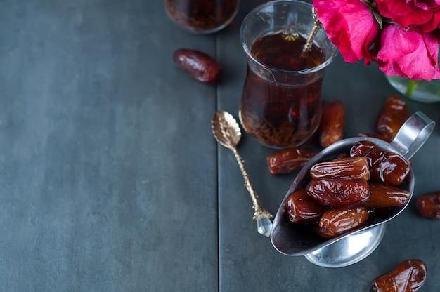 Traditioneller arabischer tee und trockene datteln.
