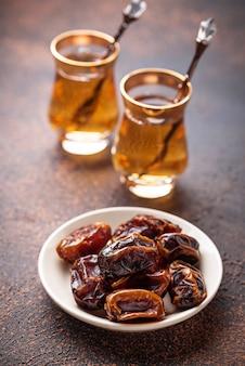 Traditioneller arabischer tee und trockene datteln