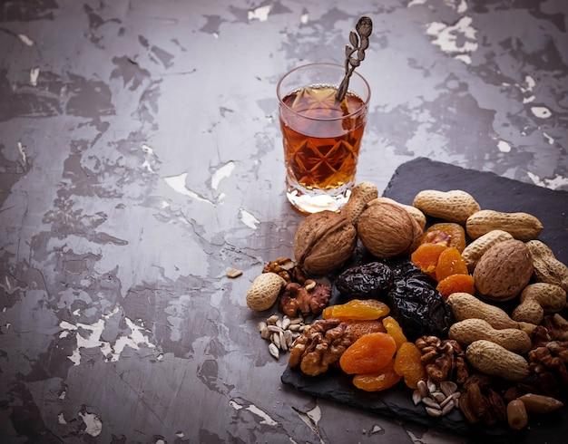 Traditioneller arabischer tee und trockenfrüchte und nüsse