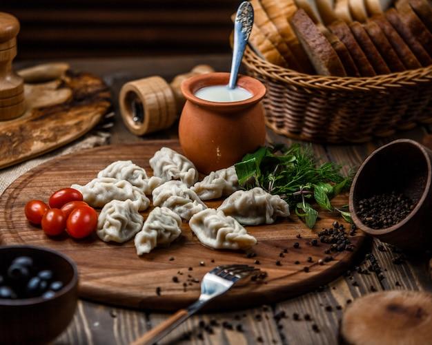Traditioneller aserbaidschanischer gurza auf holzbrett