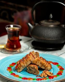 Traditioneller aserbaidschanischer tee im armudu-glas