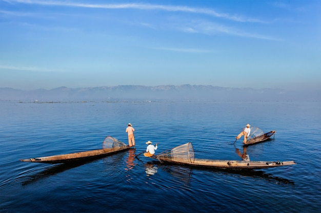 Traditioneller birmanischer fischer am inle see, myanmar
