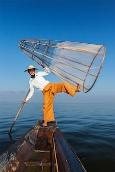 Traditioneller birmanischer fischer in myanmar