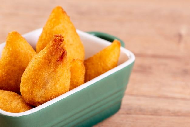 Traditioneller brasilianischer frittierter snack mit hühnchen, bekannt als
