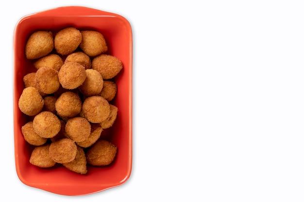 Traditioneller brasilianischer gebratener snack gefüllt mit hühnchen isoliert auf weißem hintergrund - coxinha.