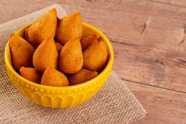 Traditioneller brasilianischer gebratener snack mit hühnchen, bekannt als