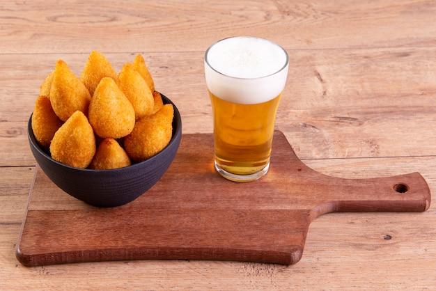 Traditioneller brasilianischer gebratener snack mit hühnchen namens