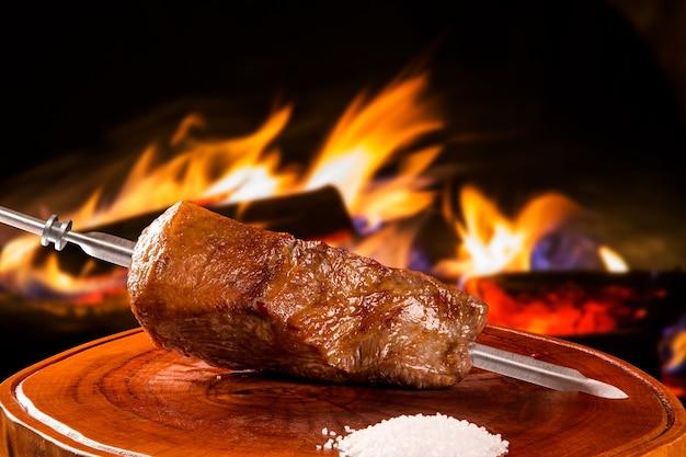 Traditioneller brasilianischer grill nahe feuer