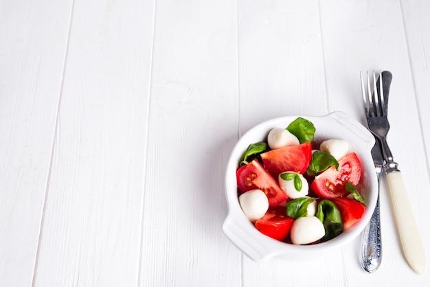 Traditioneller caprese-salat