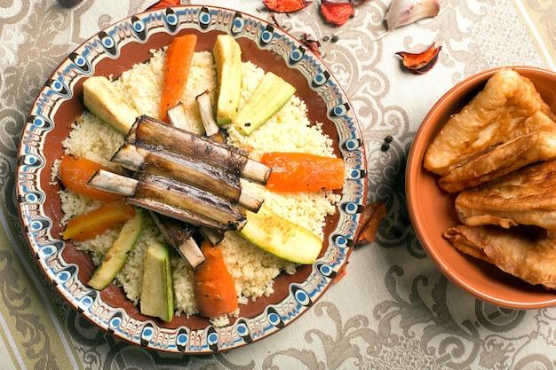 Traditioneller couscous-teller mit fleisch und gemüse