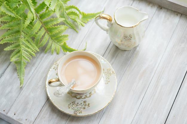 Traditioneller englischer tee um fünf uhr in einem eleganten porzellanset