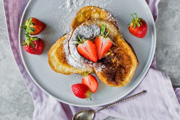 Traditioneller französischer toast mit erdbeeren.