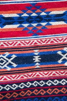 Traditioneller georgianischer teppich mit typischem geometrischem muster