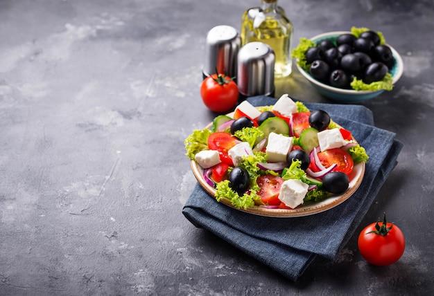 Traditioneller griechischer salat mit feta, oliven und gemüse