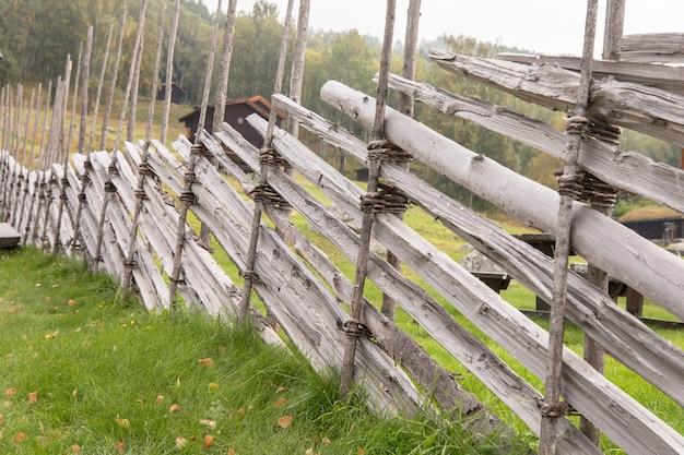 Traditioneller handgefertigter rundmastzaun in uvdal norwegen