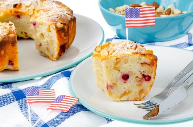 Traditioneller hausgemachter gebäckcupcake für unabhängigkeitstag. studiofoto