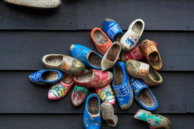 Traditioneller herstellungsprozess von holländischen clogs in zaanse schans