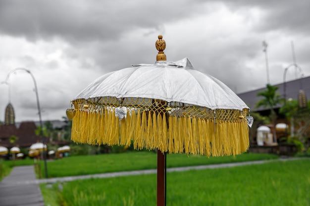 Traditioneller hinduistischer regenschirm. bali insel, indonesien.