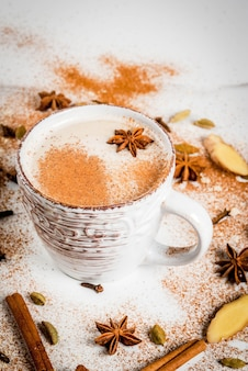 Traditioneller inder masala chai-tee mit dem gewürzzimt, kardamom, anis, weiß. copyspace