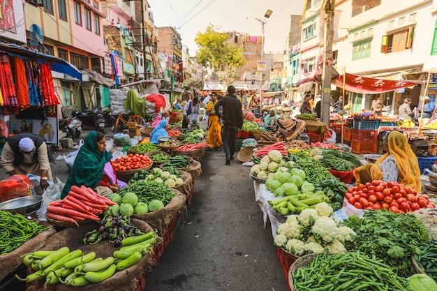 Traditioneller indischer straßenmarkt in jaisalmer rajasthan, indien