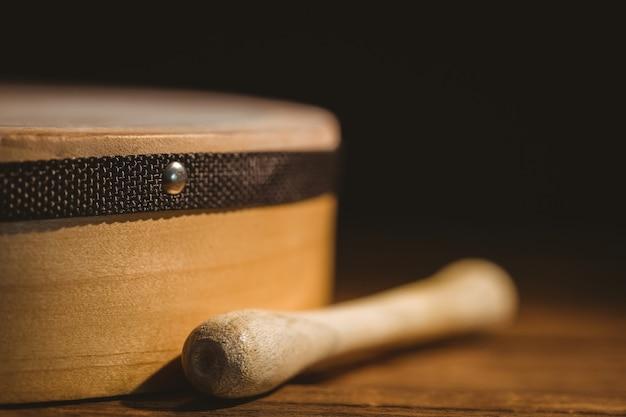 Traditioneller irischer bodhran und stock