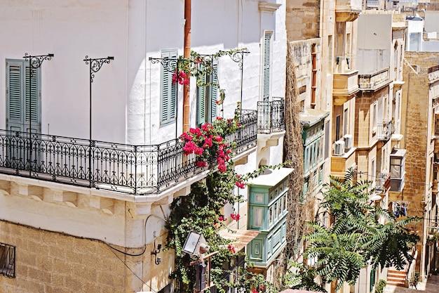 Traditioneller italienischer balkon mit schmiedeeisernen balustern