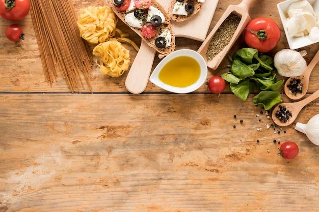 Traditioneller italienischer lebensmittelinhaltsstoff über hölzernem schreibtisch