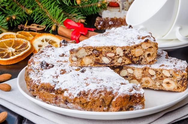 Traditioneller italienischer nachtisch panforte für weihnachten