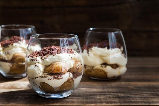Traditioneller italienischer nachtisch tiramisu in einem glasgefäß
