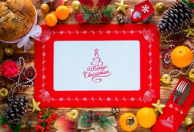Traditioneller italienischer weihnachtskuchen mit schokolade und verschiedenen weihnachtsdekorationen