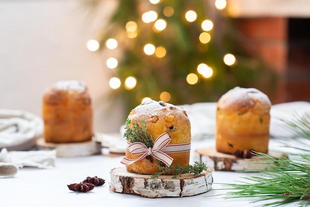 Traditioneller italienischer weihnachtskuchen panettone mit festlicher dekoration