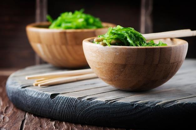 Traditioneller japanischer chukasalat auf dem holztisch