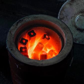 Traditioneller japanischer kohleofen, der aufheizt