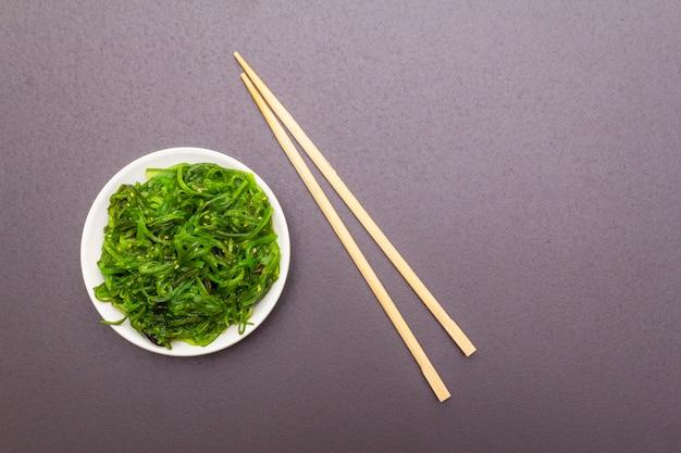 Traditioneller japanischer meerespflanzensalat hiyashi wakame chuka mit samen des indischen sesams.