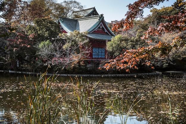 Traditioneller japanischer tempel mit see