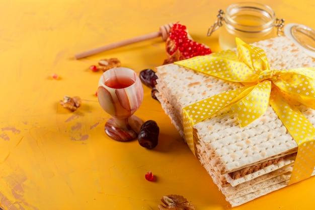 Traditioneller jüdischer koscherer matzo für ostern pesach