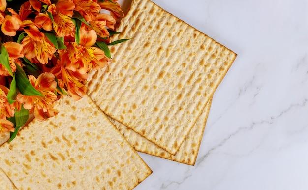 Traditioneller jüdischer passahfestfeiertag mit ungesäuertem matzebrot