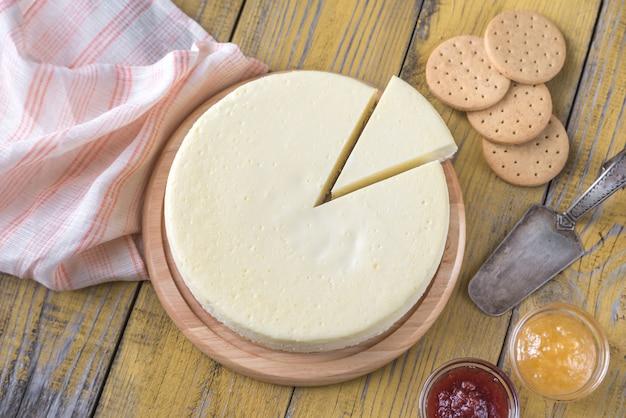 Traditioneller käsekuchen auf dem holztisch